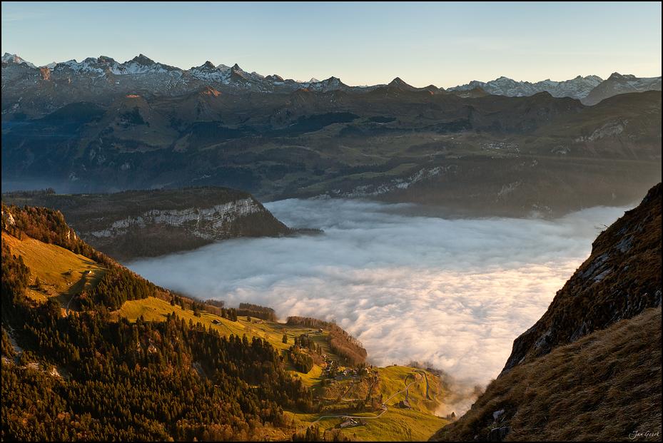 Über dem See aus Nebel