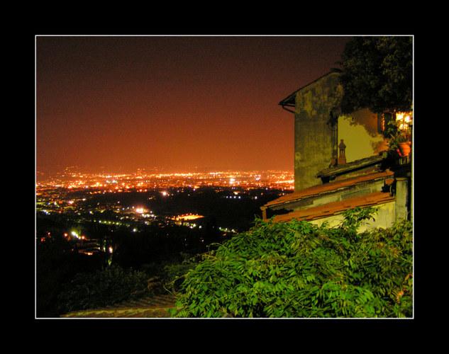 Über den Dächern von Florenz bei Nacht