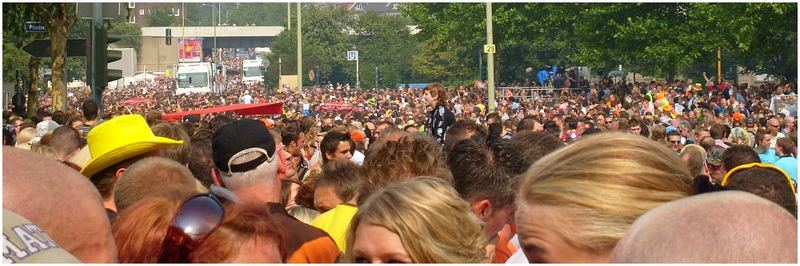 Über den Köpfen der Loveparade 2007 in Essen
