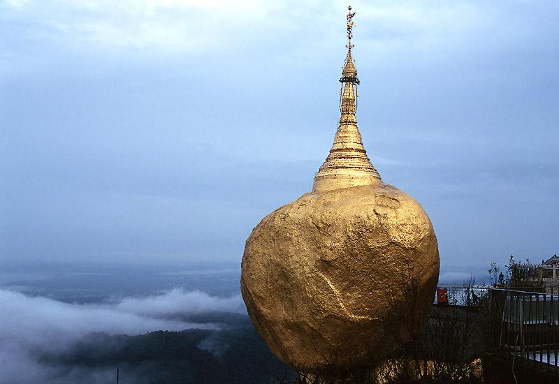 Über den Wolken, der Golden Rock in Kyaikto