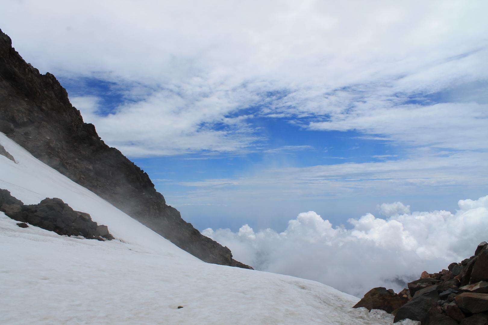 über den Wolken im Vulkankrater