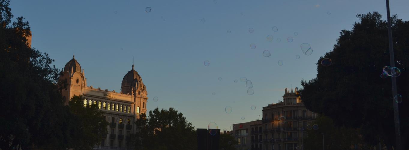 Über die Stadt fliegen, noch ein letztes Mal, bevor die Sonne untergeht.