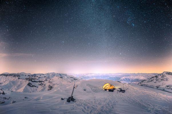 ^ Überlebenskampf auf 3000m: Nacht, Morgen und Abstieg ^