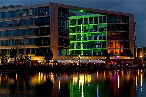 Uferpromenade Duisburg Hafen bei Nacht: