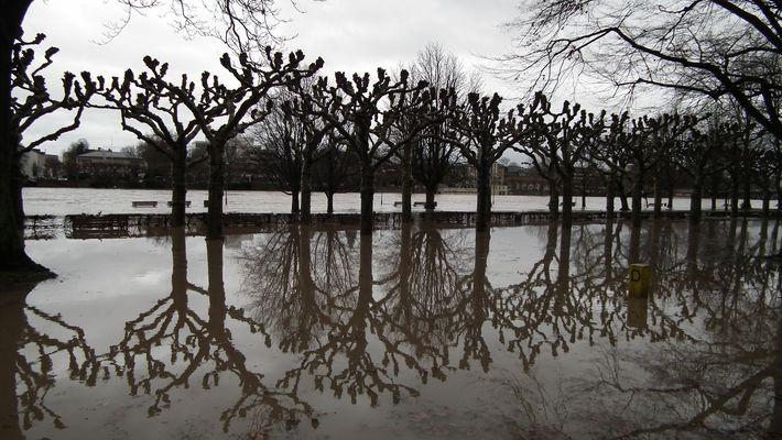 Uferpromenade unter Wasser