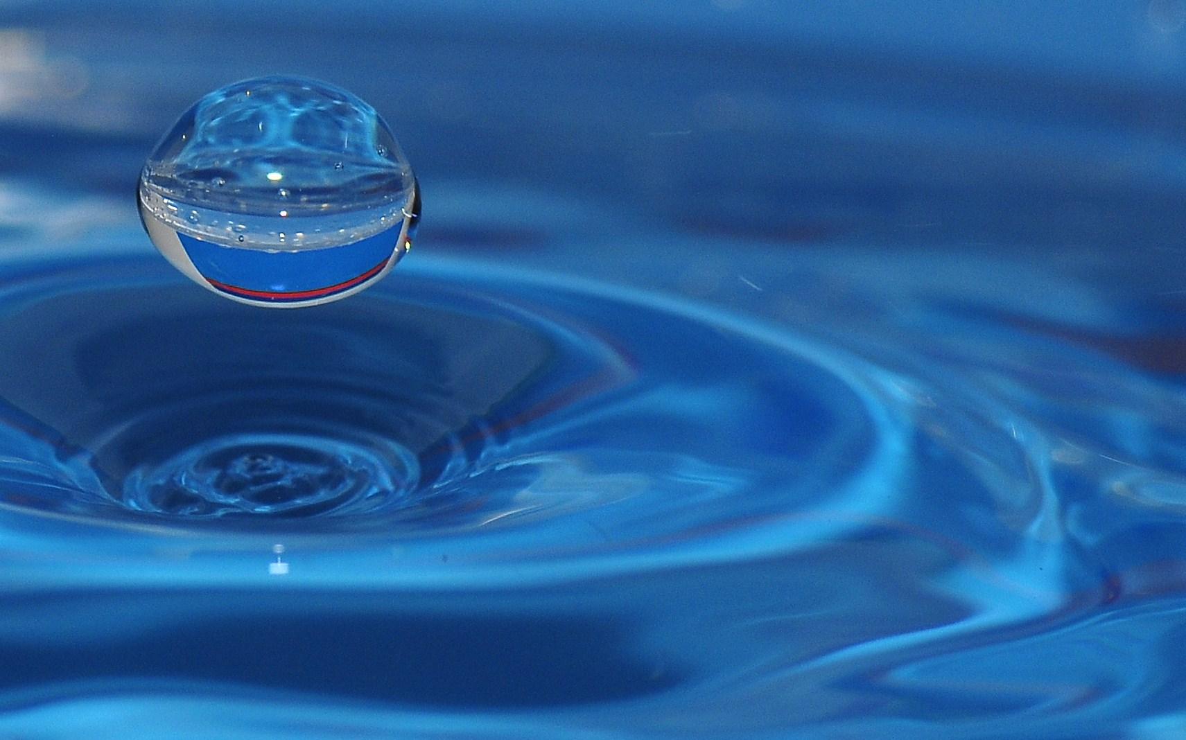UFO entsteigt aus Wasserstrudel