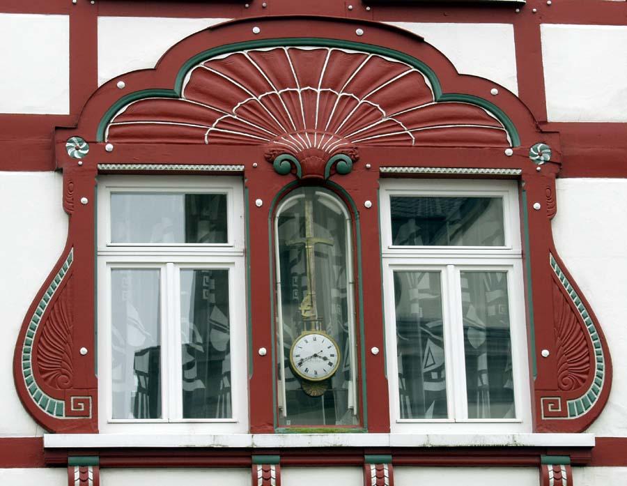 Uhr im Fenster oder