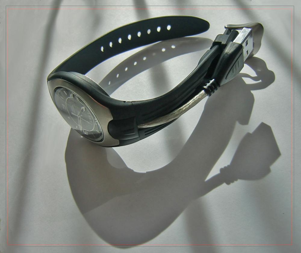 Uhr mit integrierter Festplatte