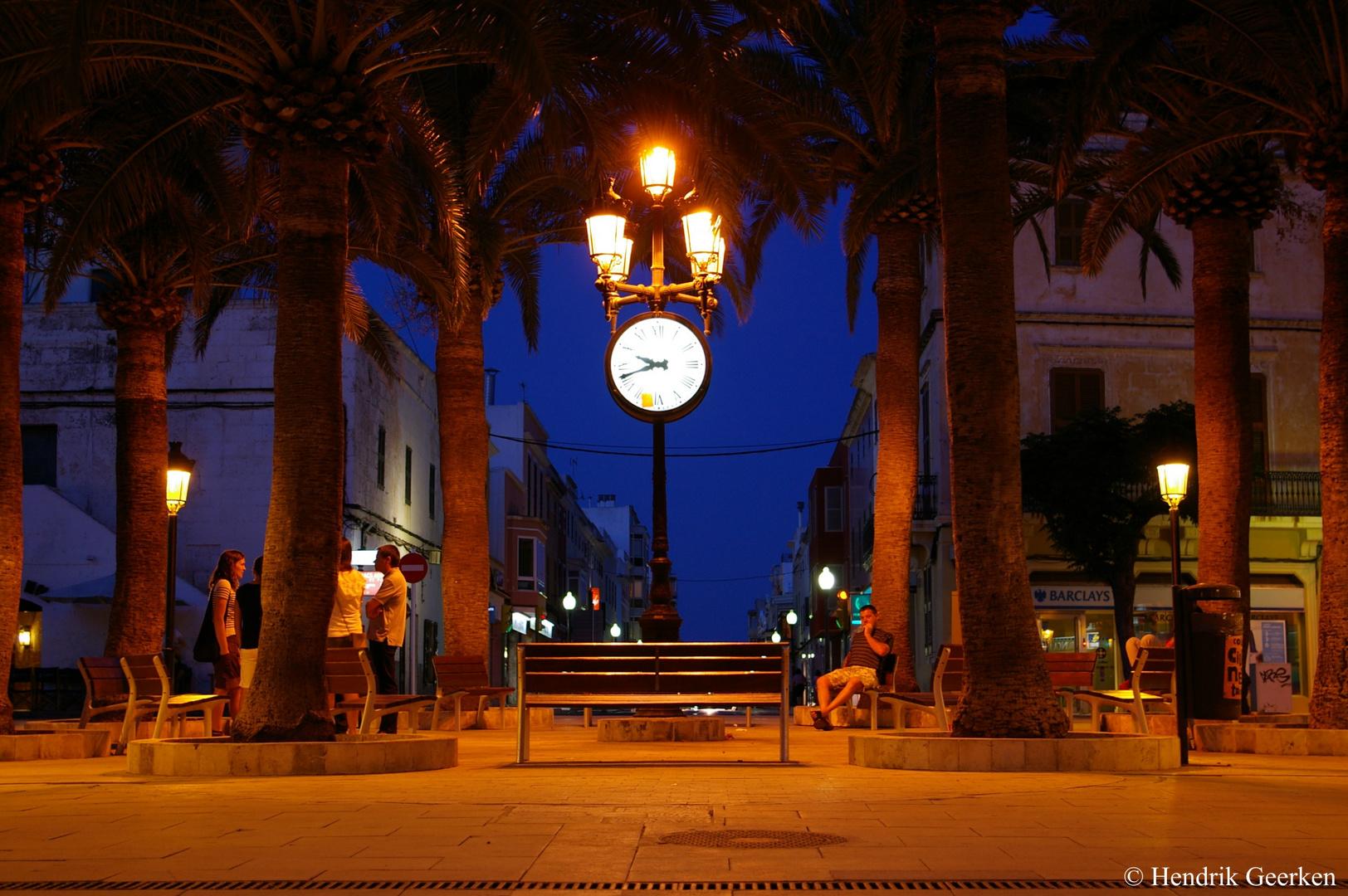 Uhr unter Palmen