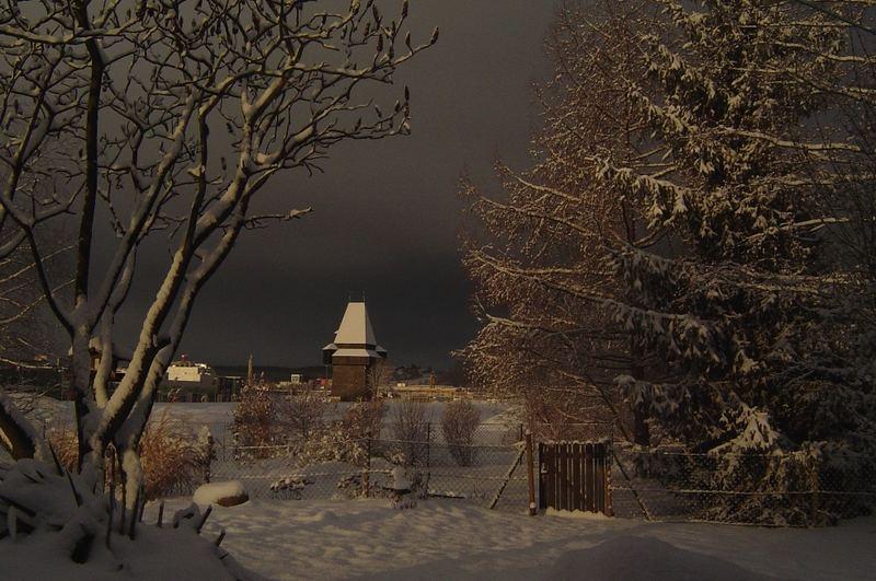 Uhrturmschatten mit Schneehaube