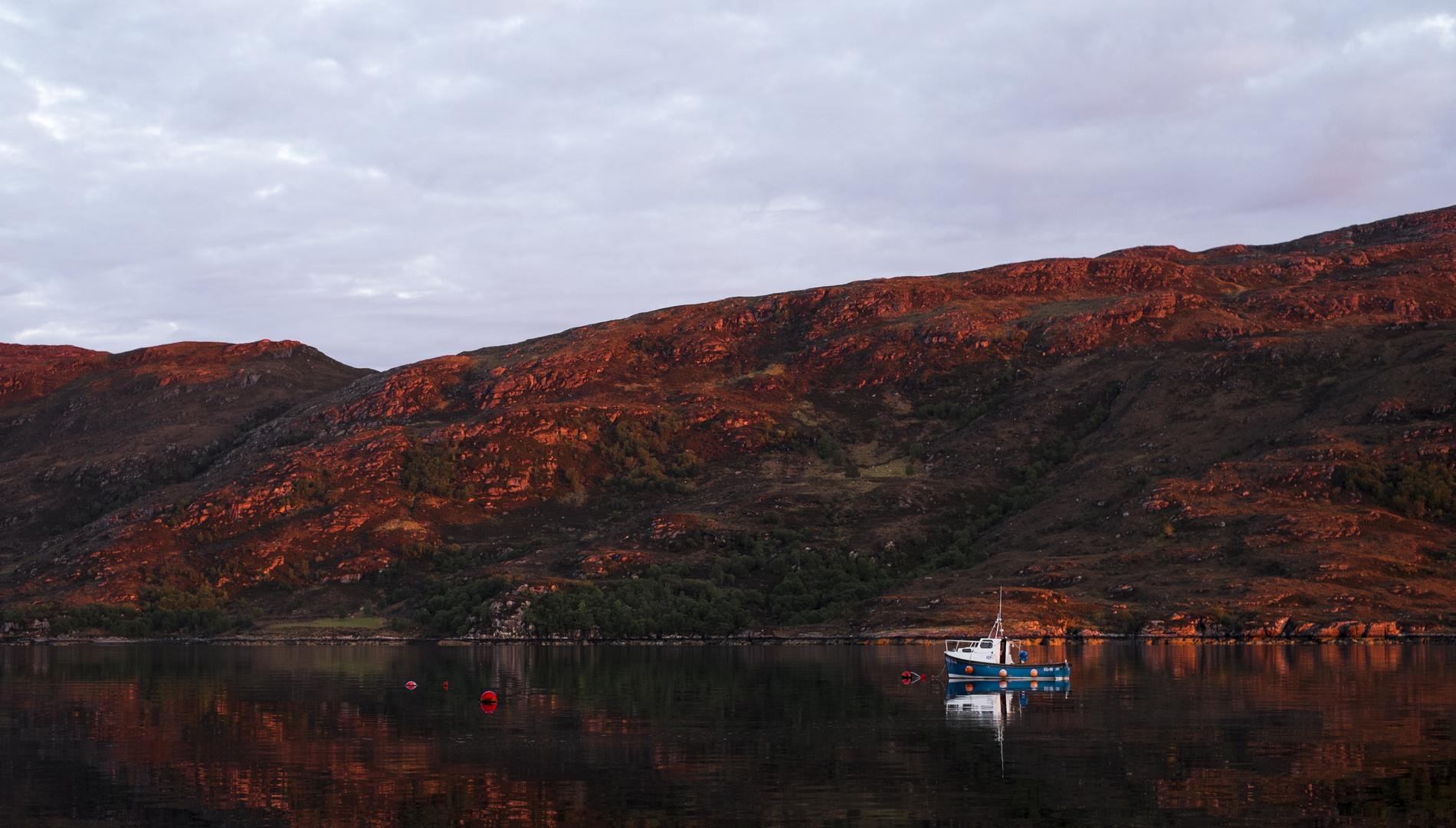 Ullapool-Fischerboot bei Sonnenuntergang