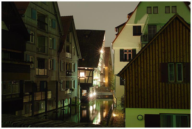 Ulms Schiefes Haus bei Nacht