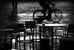 Ultimi tavolini in piazza