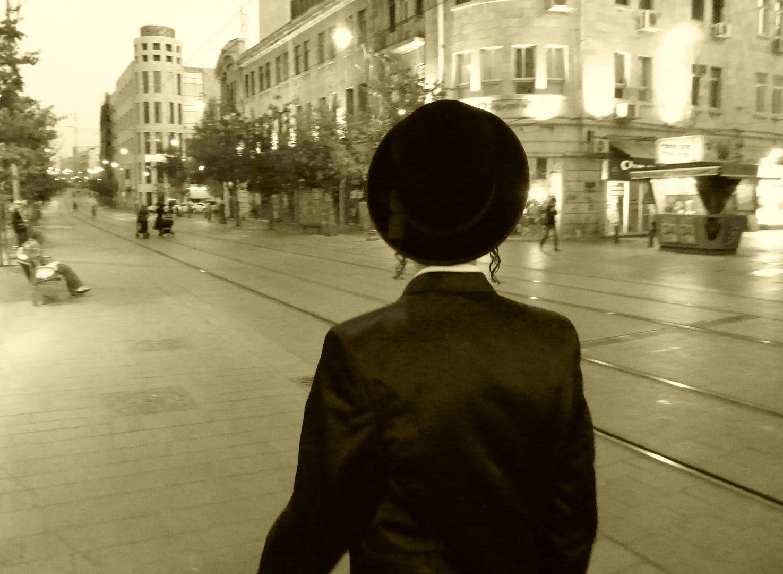 Ultraorthodoxer auf den leeren Straßen am Sabbatvorabend