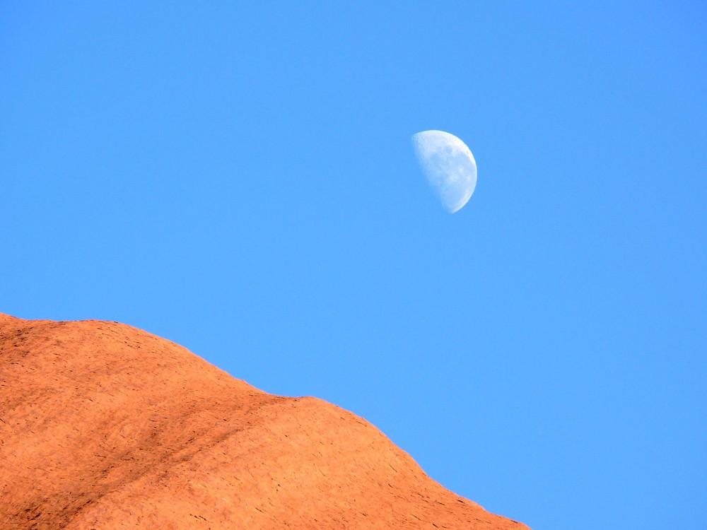 Uluru: Morgendlicher Abschied vom Mond