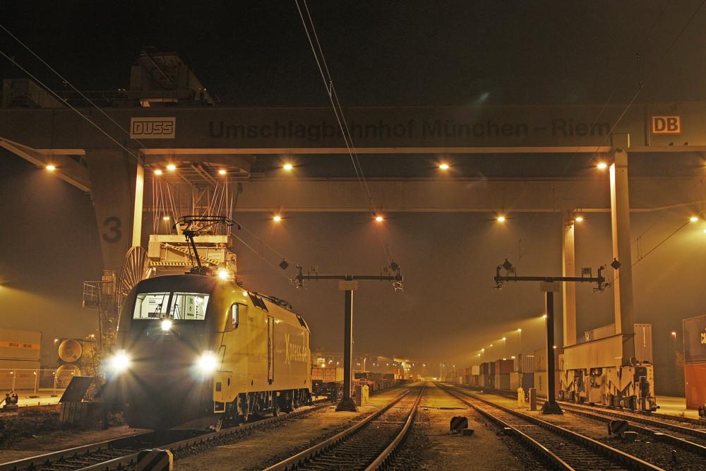 Umschlagbahnhof München Riem bei Nacht