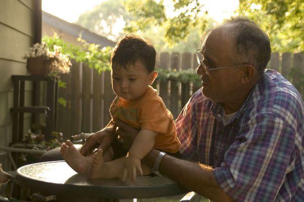 Un abuelo y su nieto,..