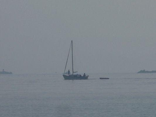 Un bateau dans la brume matinale
