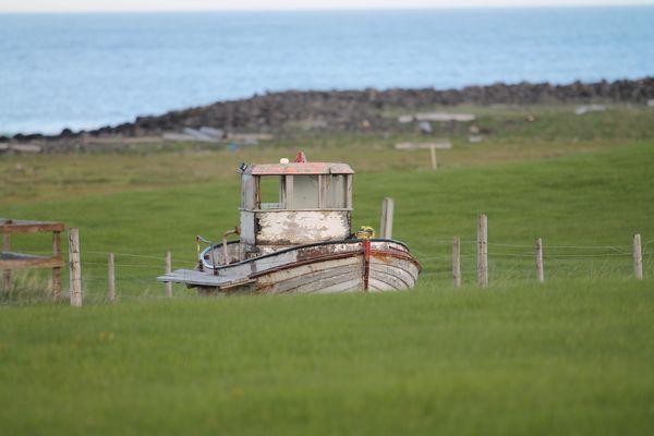 Un bateau sur l'herbe