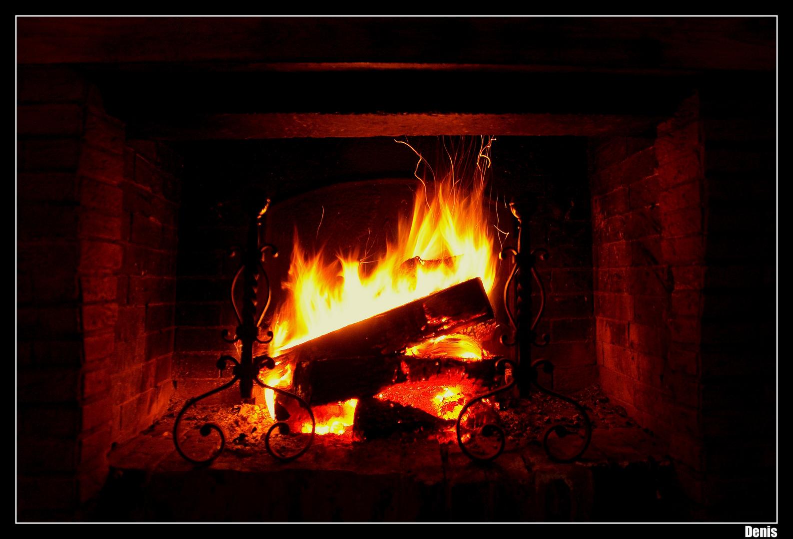 un bon feu dans la chemin e photo et image les. Black Bedroom Furniture Sets. Home Design Ideas