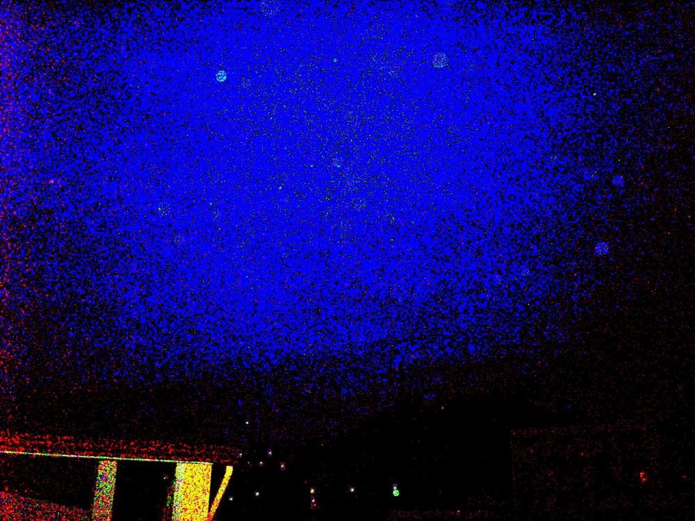 un cielo di stelle sull'acqua