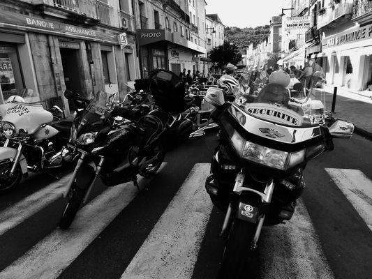 Un défilé  de motos