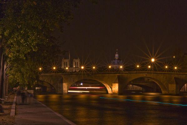 Un des nombreux pont de paris la nuit