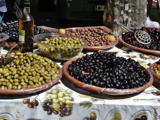 Un étalage de délicieuses olives