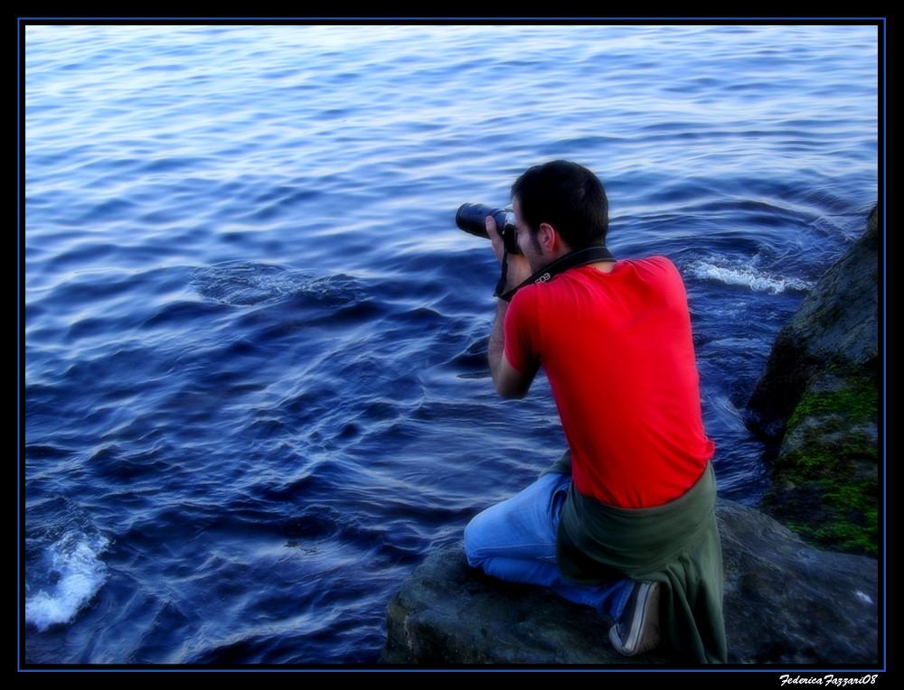 Un fotografo tra le onde
