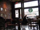 Un homme au Starbucks Coffee