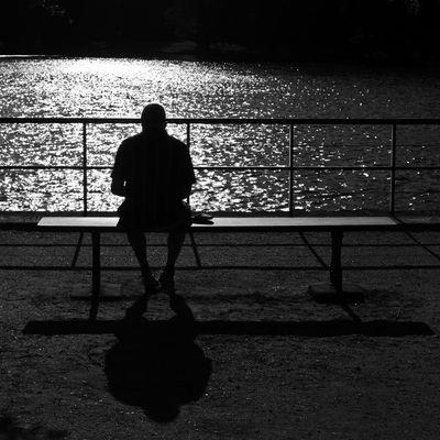 Un homme sur un banc