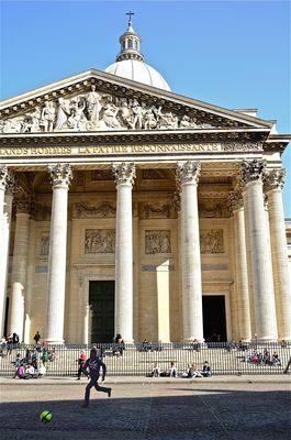 Un jeu de ballon assez rare devant le Panthéon...