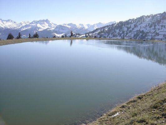 Un lac parmi ces grandes murailles