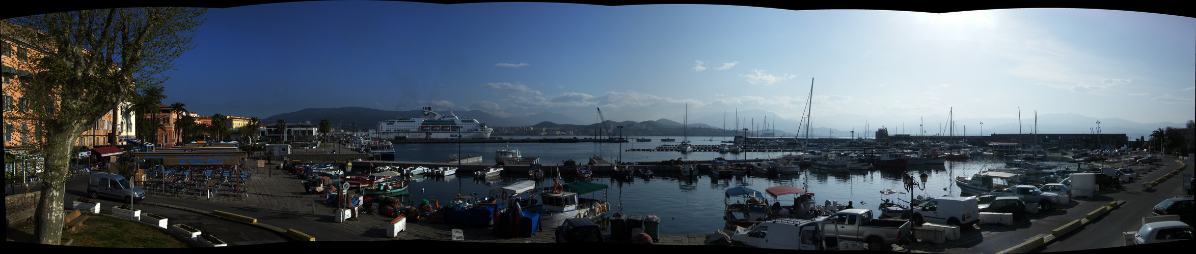 un leve de soleil sur le port d ajaccio