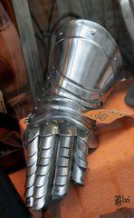 Un main de velours dans un gant de fer :-)