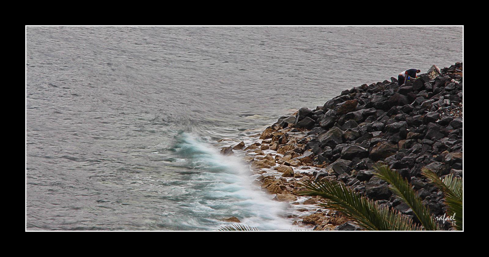 Un mar suave acaricia las rocas