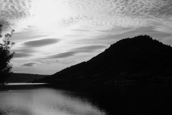 Un matin, au lac du Salagou, au-dessus d'un village engloutis (34)