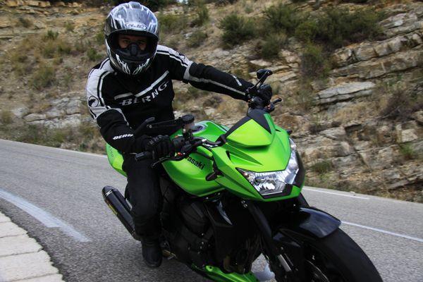 un motard à l'approche