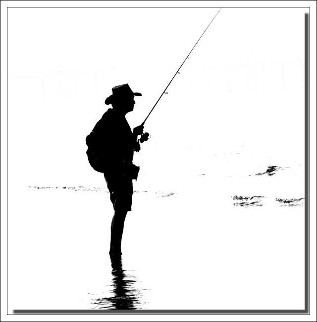 un pêcheur au bord de l'eau, abrité sous son......... !!!