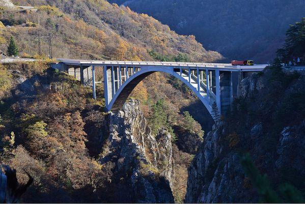 Un pont au loin.......