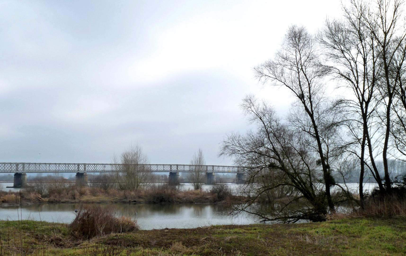 Un pont sur la LOIRE