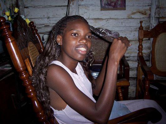 Un regard, un sourire, une jeune fille, une maison de palme à la campagne, CUBA