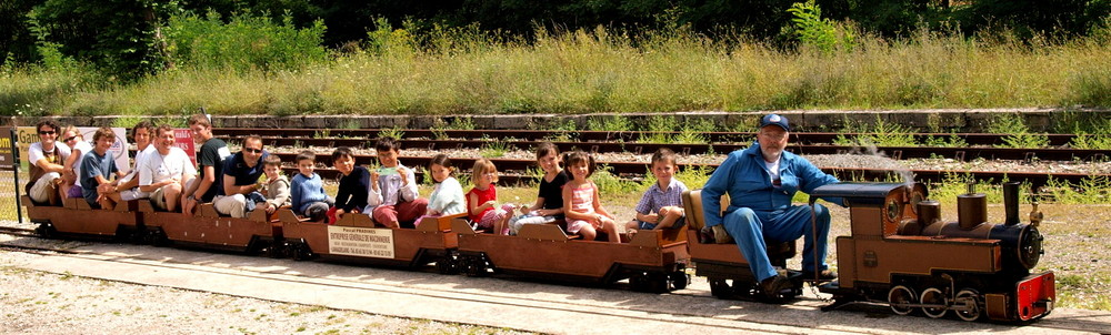 "Un train de sourires (""A train-load of happy faces"")"