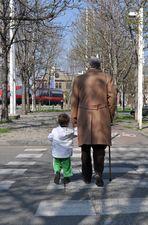 Un vecchio e un bambino si preser per mano...
