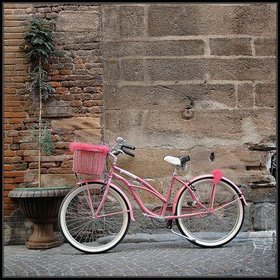 Un vélo dans le centre ville, piétonnier, de Lucca (Italie)