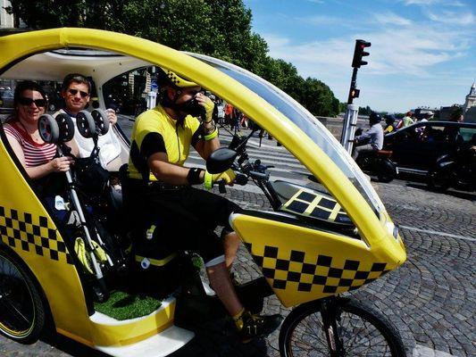 """Un vélo-taxi parisien: on les appelle """"triporteurs"""", """"pedicab"""""""