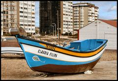 Una bella barca e brutti edifici.
