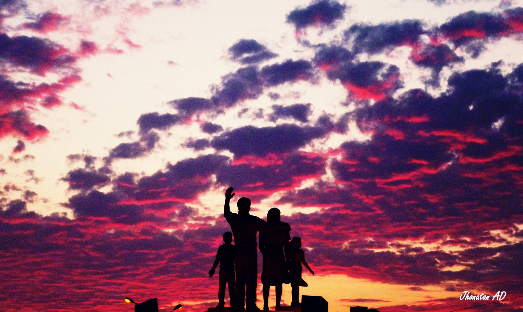 Una familia que siempre mira el anochecer y amanecer