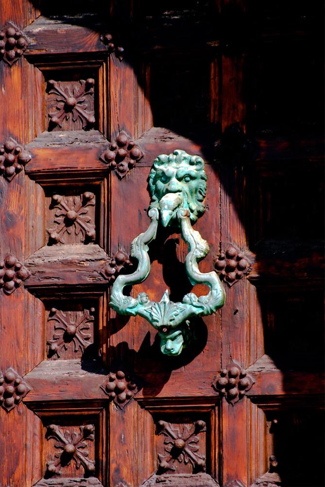 Una puerta con muchos detalles