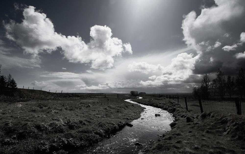 und am ende der strasse steht ein haus am fluss..... by René Sahli